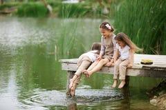 Les enfants s'approchent de l'étang Photo stock