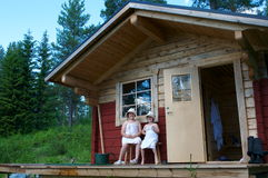 Les enfants s'approchent du sauna photos libres de droits