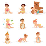 Les enfants s'asseyent avec des jouets Images libres de droits
