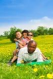 Les enfants s'asseyent sur des pères de retour Photo libre de droits