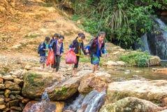 Les enfants s'occupent des montagnes Images stock
