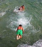 Les enfants sautant dans l'Océan Atlantique Photo libre de droits