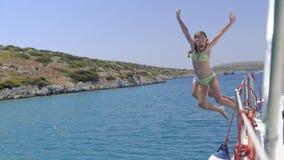 Les enfants sautant dans la mer Photos libres de droits