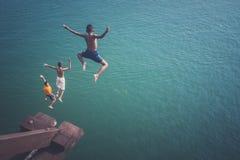Les enfants sautant dans la rivière Photos libres de droits