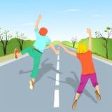 Les enfants sautant sur la route Photo stock