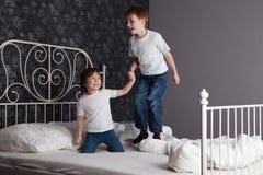 Les enfants sautant sur le bâti Photographie stock