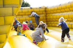 Les enfants sautant sur le château Photographie stock