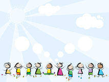 Les enfants sautant sur le fond de ciel Images stock