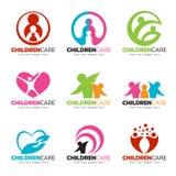 Les enfants scénographie de vecteur de logo s'inquiètent et de soins de famille Image stock