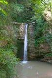 Les enfants se baignent dans la cascade sur la rivière de montagne Photographie stock libre de droits