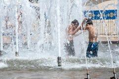 Les enfants se baignent dans la fontaine Photo stock