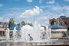 Les enfants se baignent dans la fontaine Image libre de droits