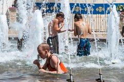 Les enfants se baignent dans la fontaine Images libres de droits