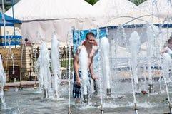 Les enfants se baignent dans la fontaine Photo libre de droits