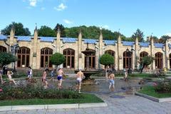 Les enfants se baignent dans la fontaine dans Kislovodsk, Russie Photographie stock libre de droits