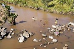 Les enfants se baignent en rivière boueuse, Madagascar Photographie stock