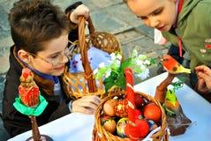 Les enfants se réjouissent à l'arrivée de Pâques Photo stock