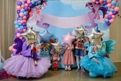 Les enfants se sont cachés derrière les boules près de la zone de photo Photo stock