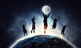 Les enfants silhouettent sur le fond de nuit Media mélangé Photographie stock libre de droits