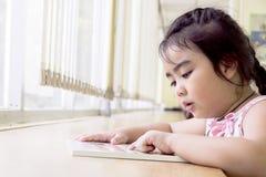 Les enfants sont des livres de lecture dans la bibliothèque Image libre de droits