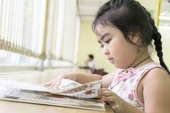 Les enfants sont des livres de lecture dans la bibliothèque Photos libres de droits