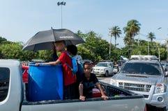 Les enfants sur le camion pour le jeu arrosent le jour de Kran de chanson de jour de festival Photos stock