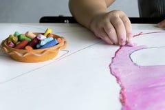Les enfants travaille l'art avec la couleur de craie Image stock