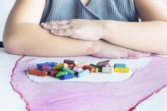 Les enfants travaille l'art avec la couleur de craie Images stock