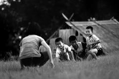 Les enfants tribals non identifiés veulent l'occasion d'éducation Images stock