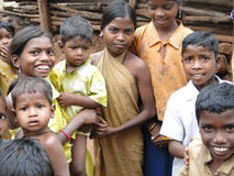 Les enfants tribals saluent des visiteurs Photos libres de droits
