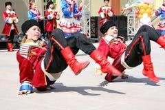 Les enfants ukrainiens exécutent la danse folklorique Images libres de droits