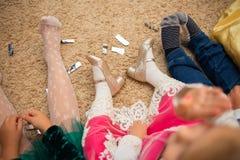 Les enfants vilains sont fatigués et s'asseyent sur le plancher photographie stock