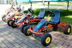 Les enfants vont des chariots en stationnement de ville Photographie stock