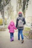 Les enfants vont tenir les mains, l'enfant et l'adolescent, Images stock