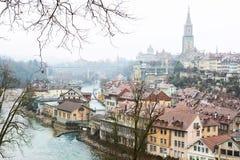 Les enrouler de rivière d'Aare autour de la vieille ville de Berne, Suisse Photographie stock libre de droits