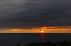 Les ensembles du soleil au delà de l'horizon Photographie stock libre de droits