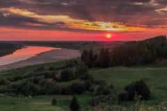 Les ensembles du soleil au-dessus du village Images libres de droits