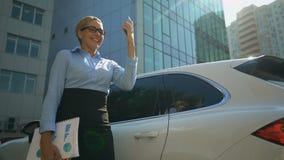 Les entretiens heureux de femme d'affaires au téléphone, comptable se réjouit de bonnes nouvelles d'investisseur banque de vidéos