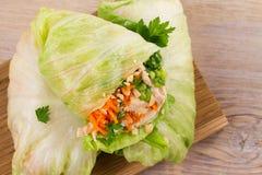 Les enveloppes de laitue avec le poulet, la carotte, les arachides et le gingembre-oignon blanc huilent photos stock