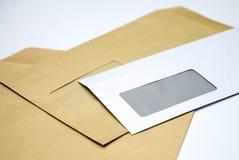 les enveloppes empilent le blanc images stock