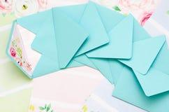 Les enveloppes sont dans la dispersion Photo stock