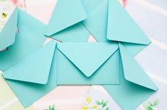 Les enveloppes sont dans la dispersion Images libres de droits