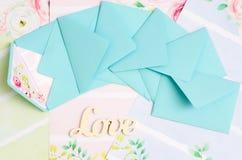 Les enveloppes sont dans la dispersion Photographie stock