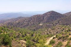 Les environs montagneux près du monastère de Stavrovouni, Larnaca, Chypre photos stock