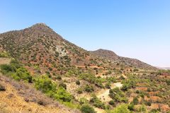 Les environs montagneux près du monastère de Stavrovouni, Larnaca, Chypre images stock