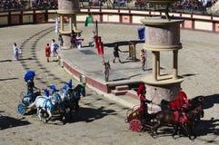 Les Epesses, França - September 8, 2018: Corrida de cavalos da biga em um estádio romano em Puy du fou imagem de stock royalty free