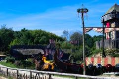Les Epesses, France - September 8, 2018 : cascadeur montant un ensemble de cheval sur le feu photos stock