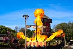 Les Epesses, Frankreich - September 8, 2018: Wikinger-longship wird auf Feuer eingestellt stockfotografie