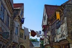 Les Epesses, Frankreich - September 8, 2018: Lebensgroße Wiedergabe eines französischen mittelalterlichen Dorfs stockfotografie