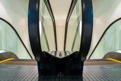 Les escalators déplacent le bâtiment d'intérieur Image libre de droits